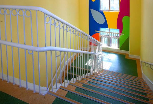 TIPS 空间大,砸!还是不砸? 鉴于在别墅或跃层中已有混凝土楼梯的情况下,要考虑该楼梯与户型的整体方案,混凝土结构造型和空间感很好就不会去改造;反之,不仅要进行拆除,楼梯的位置也需要重新被讨论,会依据屋主的成员及使用的机能,去改变楼梯的结构、方式及位置。 空间小,楼梯怎么搞? 针对LOFT公寓、复式、或者面积较小的跃层,楼梯已然成为设计中最重要的一个环节。楼梯设计位置很重要,要尽量选择不占空间的位置。在有条件的情况下,除了连接上下层功能外,也可以延伸结合展示、收纳、家具等复合性机能,使得空间能有更多样性