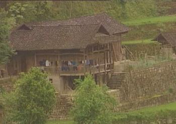 在湘西山区土家族所居住的木结构吊脚楼