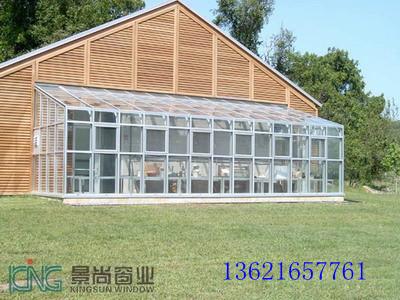 阳光房俗称玻璃房,阳光房可以搭建在复式楼的露台,一楼的私人花园,楼宇的顶层,私人别墅等地。它的建筑立面甚至包括顶部,全部为玻璃结构。由于房间要采光通风,而且要有很好的密封效果,阳光房立面、顶部大部分由可开启的门窗组合,门窗质量的优劣决定着阳光房构建的成功与否。基于阳光房的如上特点,我们在设计和建筑阳光房时,对于不同用途的阳光房在整体造型及结构方面,应视周围环境和场地的制约而定,再做出相应的设计方案。   阳光房的种类   阳光房的种类从建筑特点上来分可分为在公寓顶部平台上的或是私人别墅等低层低密度住宅庭